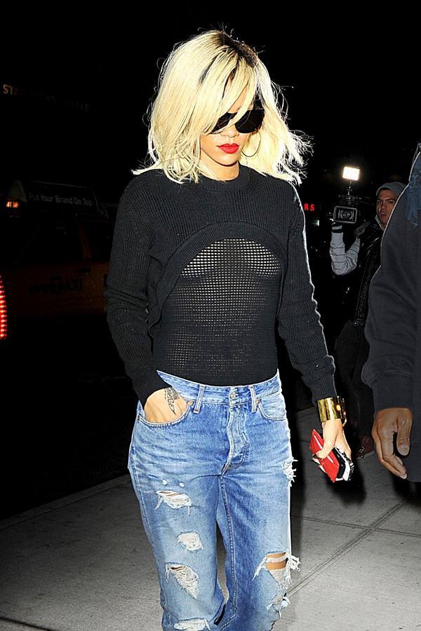 riana 2 - Rihanna salió a la calle con ropas transparentes