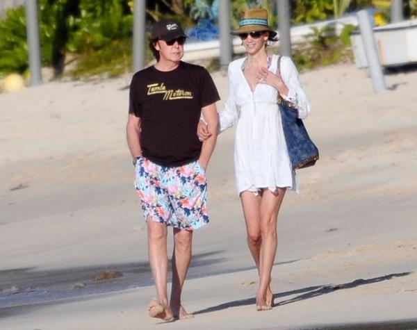 tople 1 - Fan en topless sorprende a Paul McCartney y su esposa
