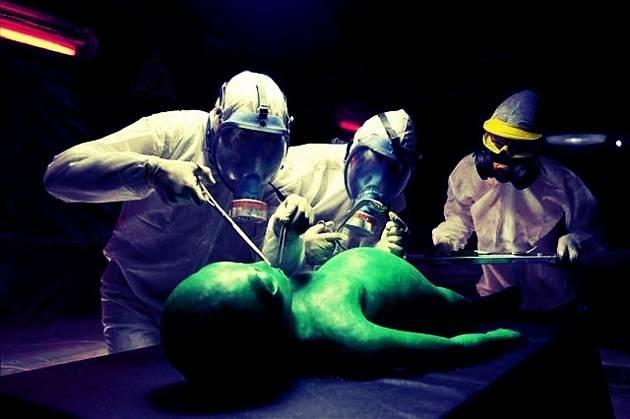 18d2fa990243b5f4ec94abbc01e25243 - Le harán la autopsia a un extraterrestre en público para después comérselo