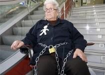 45171765ee5f1bee90247be4c4ed48c0 - Multada con 20 euros una anciana desahuciada que se encadenó a una sucursal bancaria