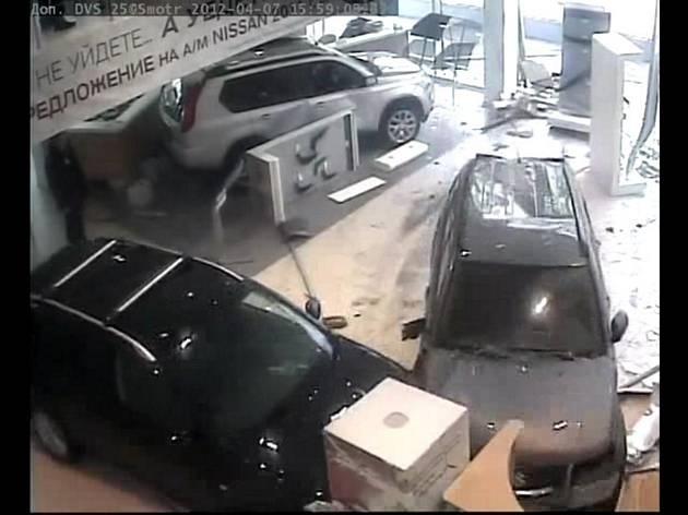 a8251df3dbb85d9abbd32b434b9581f3 - Ginecólogo destroza concesionario de coches en Moscú
