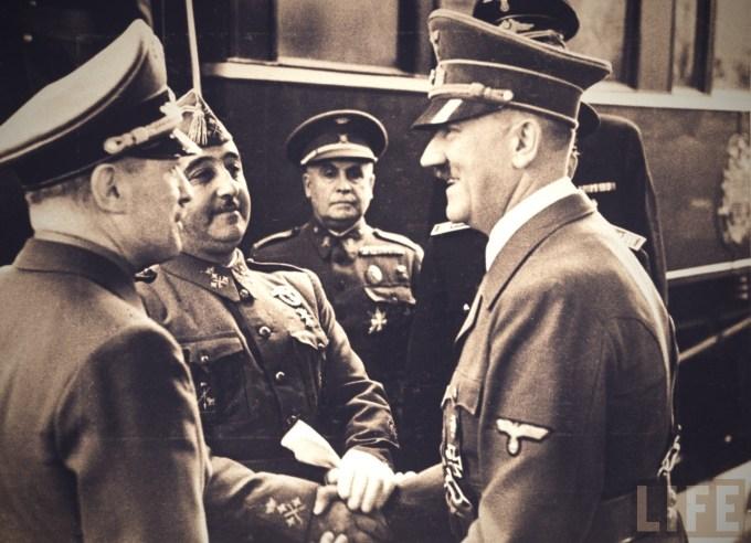 Francisco Franco fue el dictador fascista que gobernó España entre 1939 y 1975. En esta imagen de 1940 podemos verle, a la izquierda, apretando efusivamente la mano de Adolf Hitler. Franco se hizo con el poder tras un golpe de Estado fallido y una cruenta Guerra Civil que ganó gracias a la inestimable ayuda de su colega dictador y fascista, Adolf Hitler.