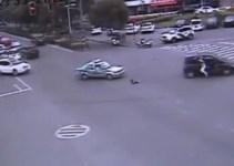 97e01ec200ffa55bfa3bc0ba309a83fa - En China, un padre salta del coche en marcha para salvar in extremis a su hija