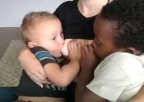 c287a06d601b14d8c5e1706c093840ac - Madre da el pecho a su hijo de 4 y otro adoptivo de 7