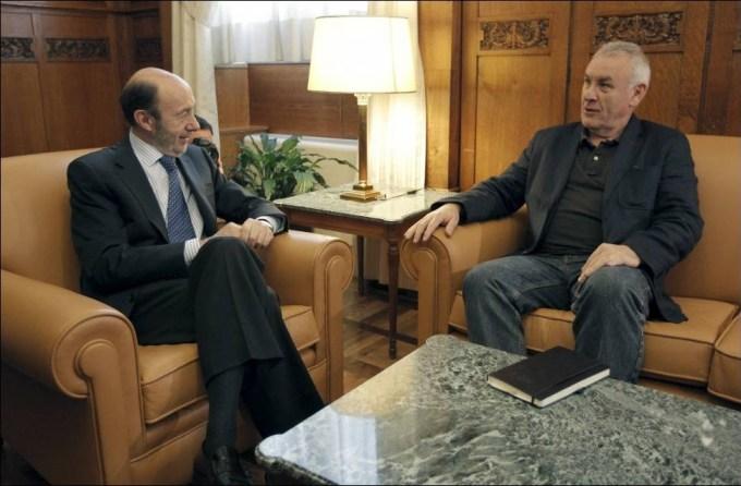 Alfredo Pérez Rubalcaba y Cayo Lara, este miércoles, en su primera reunión de la legislatura, en el despacho del líder del PSOE en el Congreso. EFE