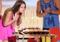 c2f1d54ce1828aef32738f55dd882a5d - Con un sexy vestido rosa y medio rubia Selena Gomez celebró los 20 años