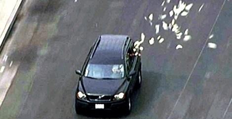 34fed0855a31e44e5f62b48104bae799 - Unos ladrones 'reparten' parte de su botín mientras huyen de la policía