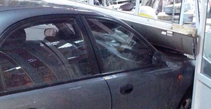 a74045605f04a1b4723dd8b89cf349b1 - Coche mal aparcado entra dentro de una tienda