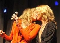 c9a664ed7e4a036aaf2b8563a5e3165c - El beso de Sharon Stone y Kate Moss por una buena causa