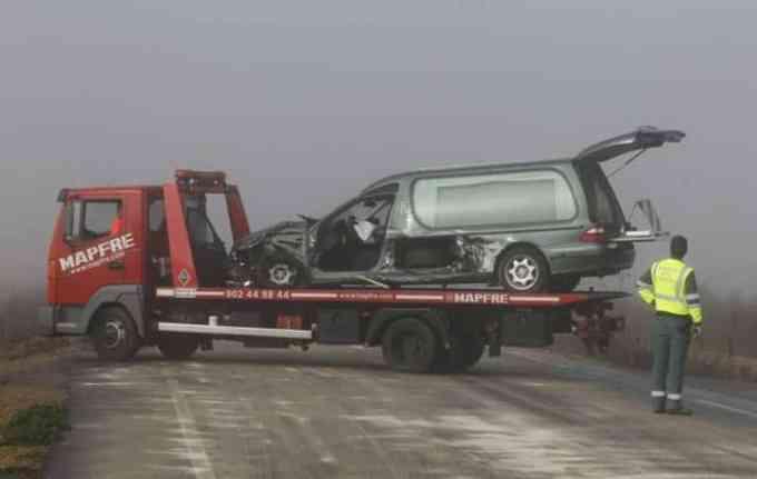 097a1395fdc1f53771f2f0d5a9ffbf74 - Metieron al muerto en la ambulancia y al vivo en un ataúd tras un accidente de tráfico en Orense