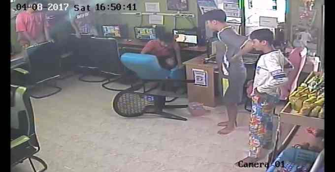 ecb93924f70c8e8ceb3db0952ca2c498 - Terror en el cibercafé: una serpiente entra a chatear y cunde el pánico