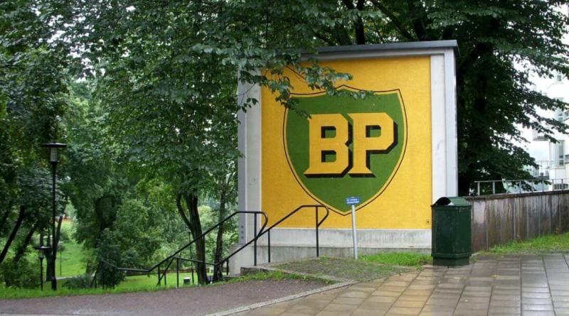 BP cartel entre árboles