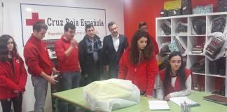 Conrado Escobar junto al Presidente de Cruz Roja en Arnedo y personal técnico y voluntario