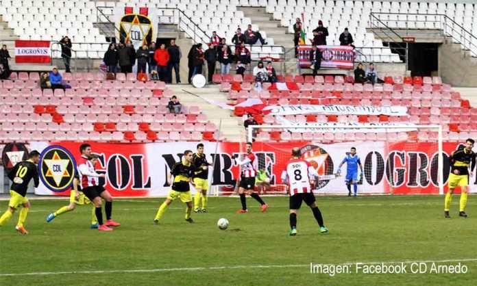Sergio Domínguez recibe el balón en el centro del campo.