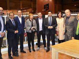 La Consejera González Menorca y el Alcalde de Arnedo junto a otros representantes en la visita a la Feria MOMAD en Madrid