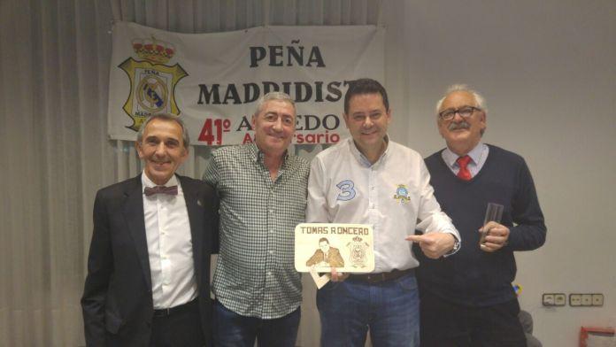 Tomás Roncero, junto a Jesús Ciordia, presidente de la peña, y dos peñistas