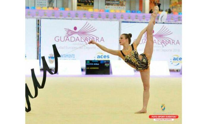 Alba ejecuta su ejercicio con la cinta en Guadalajara