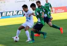Noe protege el balón ante dos jugadores del CD Berceo