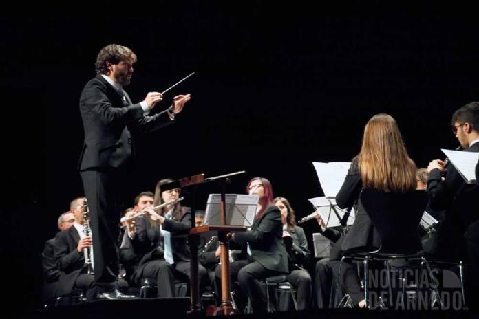 La Agrupación Musical Santa Cecilia interprentado Los Navarros y Riojanos sobre el escenario del Teatro Cervantes