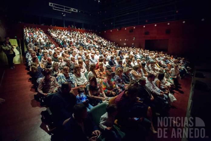 El público llenó el Teatro Cervantes de Arnedo para ver el Pregón de Fiestas