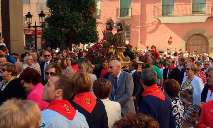 La procesión a su paso por el Ayuntamiento de Arnedo