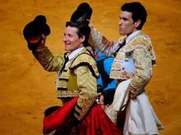 Los toreros Diego Urdiales y Tomás Campos saludan al público del Arnedo Arena