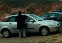 El propietario de un vehículo afectado colocando una protección