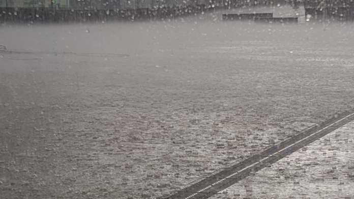 Llueve con fuerza en la Plaza de España de Arnedo