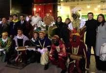 Los Reyes Magos y su comitiva junto a las autoridades municipales de Arnedo