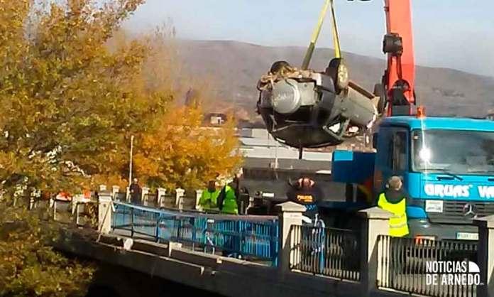 Rescate del vehículo accidentado en el río Cidacos en Arnedo