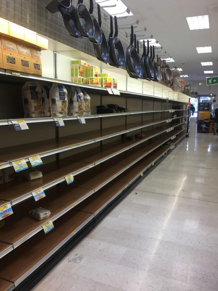 Supermercado en Milán, este lunes (Imagen: Alex Sinmaleza)