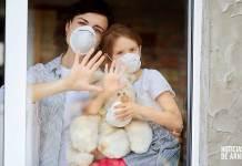 Familia confinada, con mascarilla, por la pandemia del Covid-19