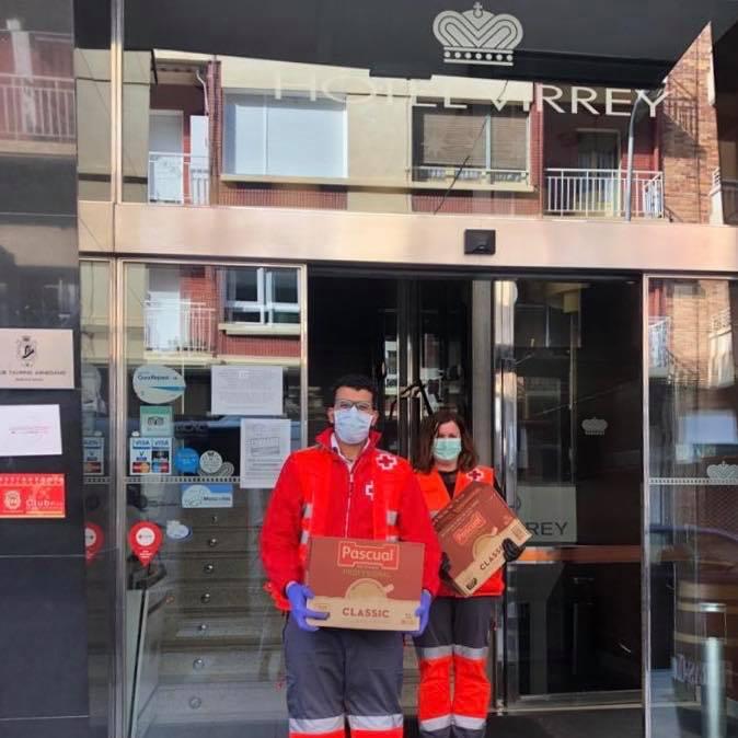 Voluntarios de Cruz Roja trasladando la donación de alimentos desde el Hotel Virrey