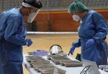 Profesionales sanitarios trabajando en el dispositivo de test de antígenos del Arnedo Arena