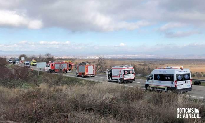Recursos de Emergencia en la LR-123 interviniendo en el accidente de Tudelilla