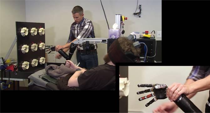 Resultado de imagen de Un tetrapléjico siente los dedos que se tocan en una mano robótica