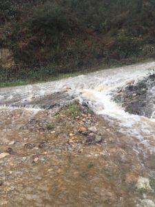 Agua y piedras en la carretera