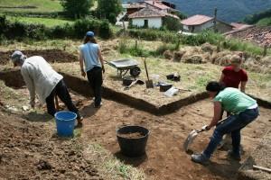 Trabajos de excavación en el sector de L'Hortal, en la aldea de Vigaña (Belmonte de Miranda).