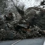Un impresionante argayo mantiene cortada la carretera de Ibias a La Regla, en Cangas del Narcea