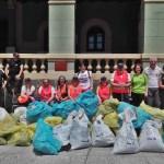 Dos contenedores y medio de basura recogidos entre La Pereda y Tineo
