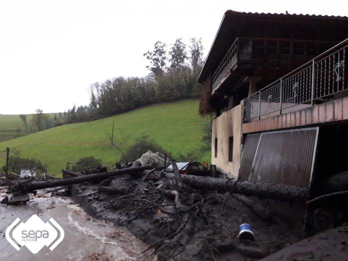 Villazón, en Salas, un desprendimiento de tierra provocó el derrumbe de una nave ganadera