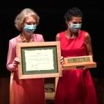 La repostera Fernanda Salvatierra recibe el galardón 'Vegadense del Año'