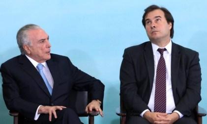 O presidente Michel Temer, ao lado do presidente da Câmara, Rodrigo Maia - Givaldo Barbosa / Agência O Globo/7-6-17