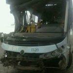 ACIDENTE – Ônibus cai em ribanceira e deixa 24 pessoas feridas em Macaé