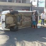 ACIDENTE – Táxi capota em acidente envolvendo outros dois carros em Cabo Frio