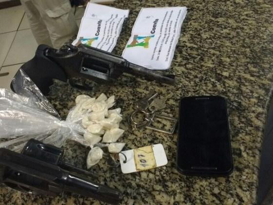 Armas e drogas foram apreendidas após tiroteio