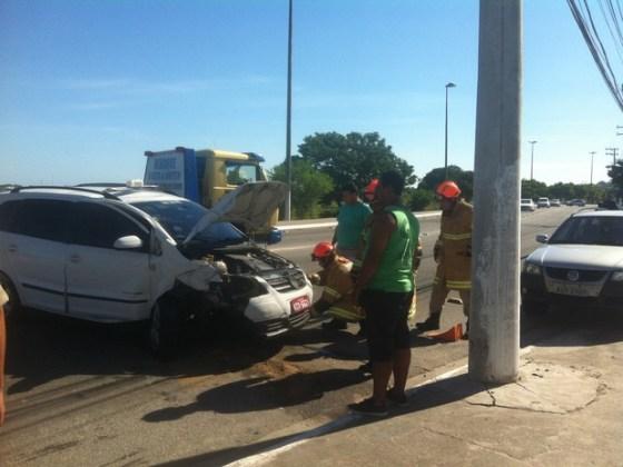 Táxi colidiu contra poste na Av. Wilson Mendes