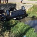 ACIDENTE – Carro cai no canal do bairro Nova São Pedro