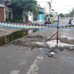 CABO FRIO – Moradores interditam rua com esgoto a céu aberto em Cabo Frio