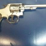 AÇÕES POLICIAIS – Adolescente é apreendido com arma em Rio das Ostras